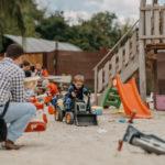 Dieťa sa hrá s bagrom na detskom ihrisku