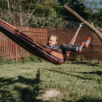 dieťa sa hojdá na hojdacej sieti