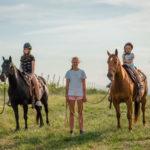 deti jazdia na koni s inštruktormi